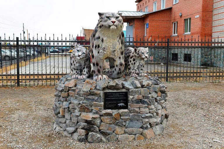 Памятник снежным барсам в селе Кош-Агач